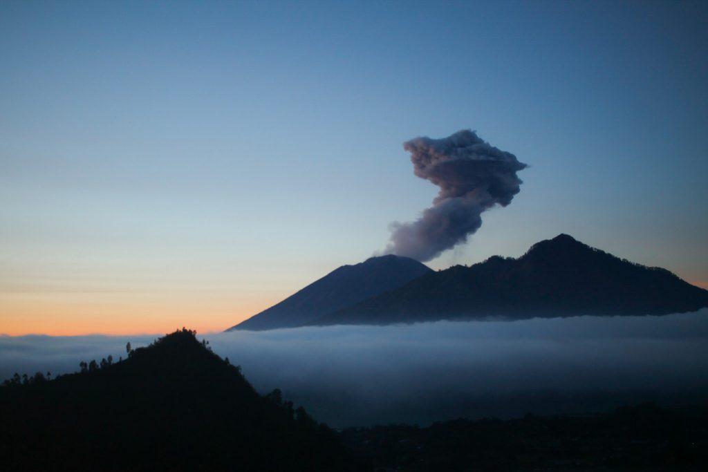 vulcao-agung-amanhecer