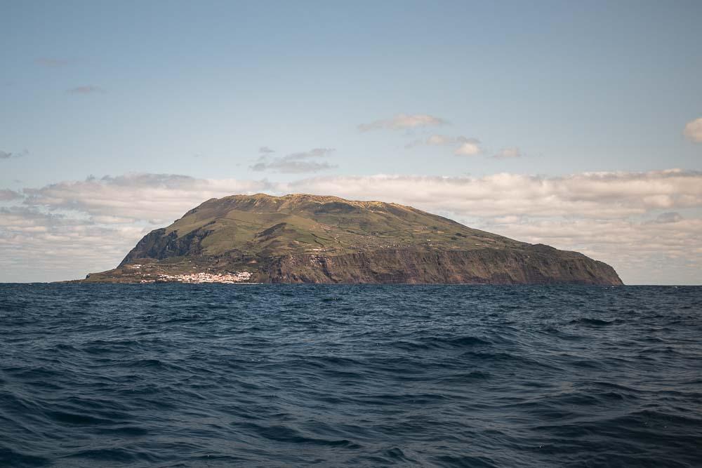 Vista do mar para a Ilha do Corvo nos Açores