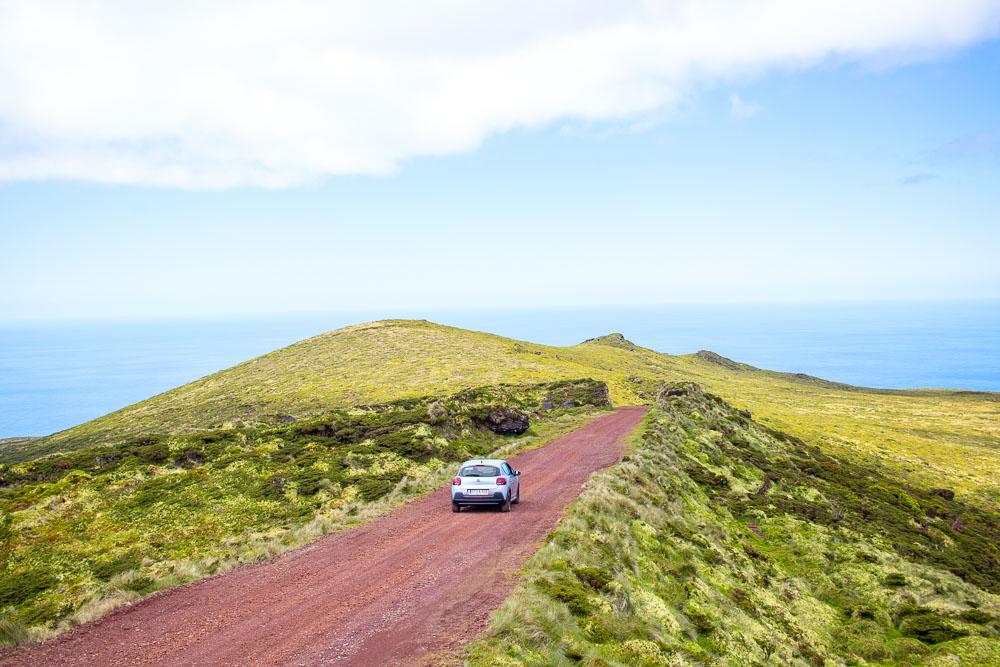 Carro em estrada e terra na natureza da Ilha das Flores