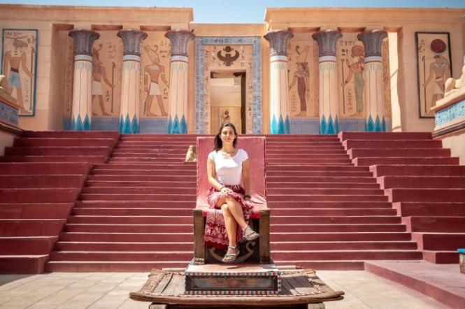 Ana no trono da Cleópatra no cenário do Estúdio de Cinema Atlas