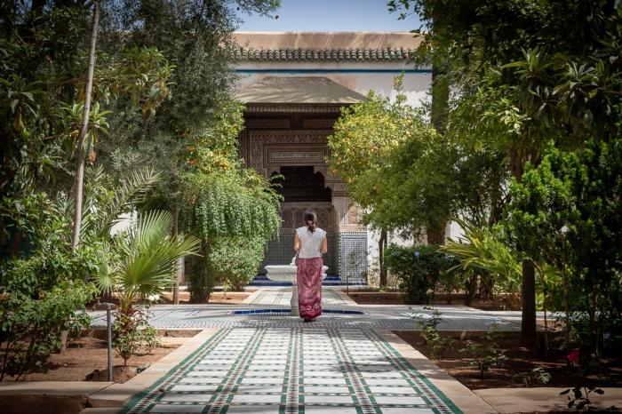 Ana a caminhar num pátio típico marroquino