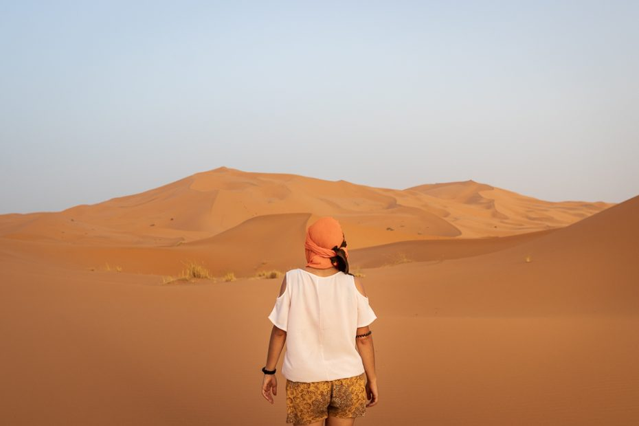 Ana a caminhar no deserto de Merzouga