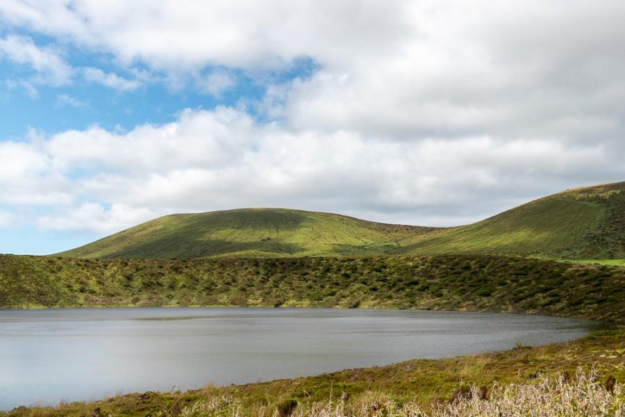 Lagoa com colina verdejante ao fundo na Ilha das Flores