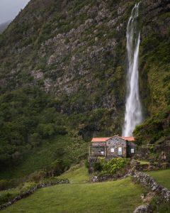Casa em frente ao Poço do Bacalhau, principal a fazer na Ilha das Flores