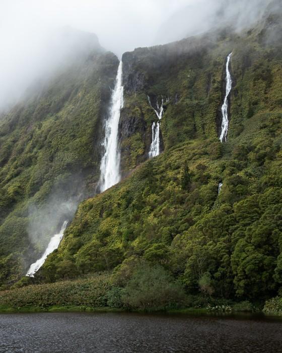 Nevoeiro sobre o Poço da Ribeira do Ferreiro na Ilha das Flores