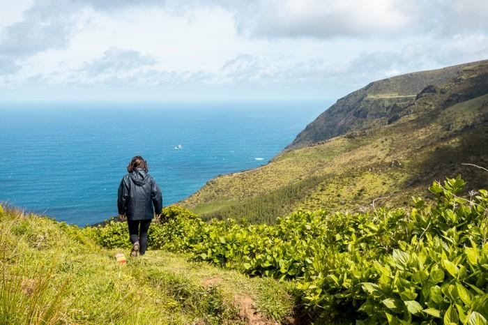 Ana a caminhar na natureza verde da Ilha das Flores