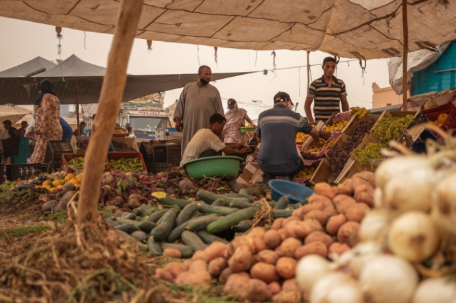 Tenda de legumes no mercado de Domingo em Ouarzazate