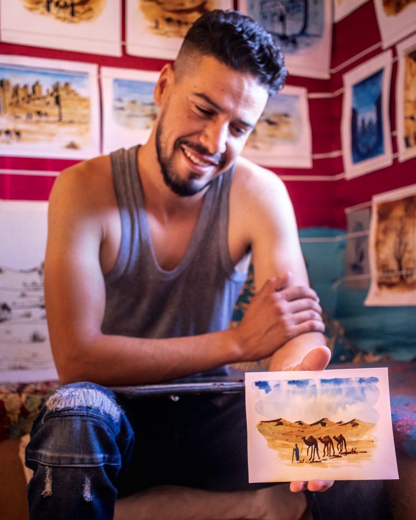Pintor em Ait Ben Haddou a mostrar o seu trabalho