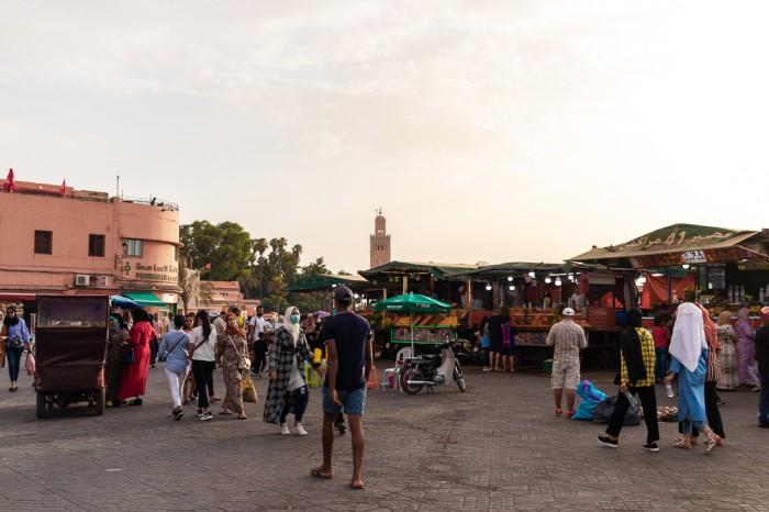 Pessoas na Praça Principal de Marraquexe a não perder se visitar Marrocos
