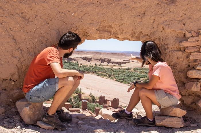 Ana e João a observar Ait Ben-Haddou