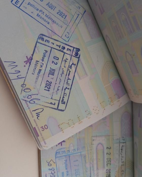 Passaporte e carimbo de entrada para visitar Marrocos